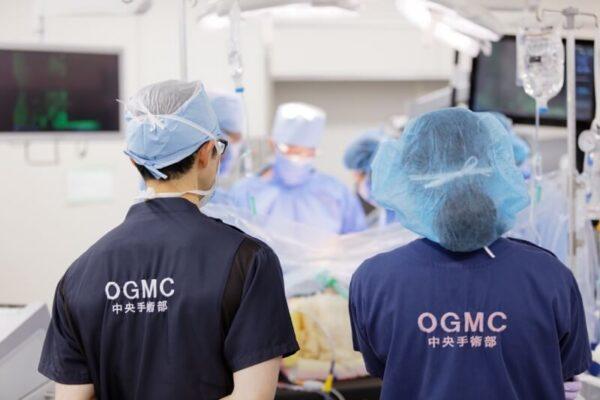 大腸癌の手術に全身麻酔をかけている麻酔科医